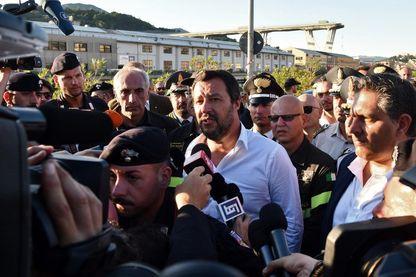 Le ministre italien de l'Intérieur, Matteo Salvini, répond aux journalistes alors qu'il visite le pont autoroutier de Morandi le lendemain de l'effondrement d'une section à Gênes le 15 août 2018.