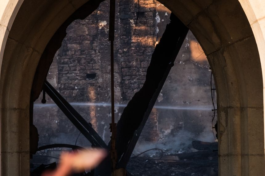 L'intérieur encore fumant de l'église de Villeneuve d'Amont