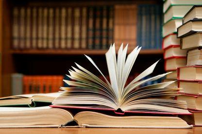 Gros plan de livres à la bibliothèque.