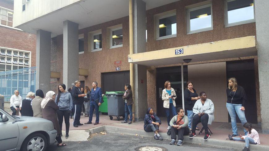 Ce mercredi 29 août, une cinquantaine de riverains a bloqué l'entrée de ce gymnase pour empêcher l'installation du centre