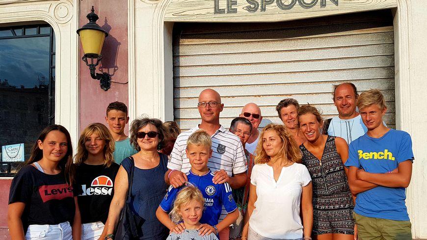 La visite s'achève devant le Spoon, célèbre lieu de rendez-vous des personnages de la série