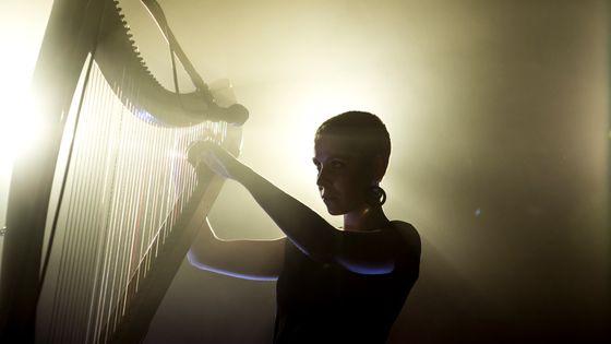 Laura Perrudin sur scène avec sa harpe électronique.