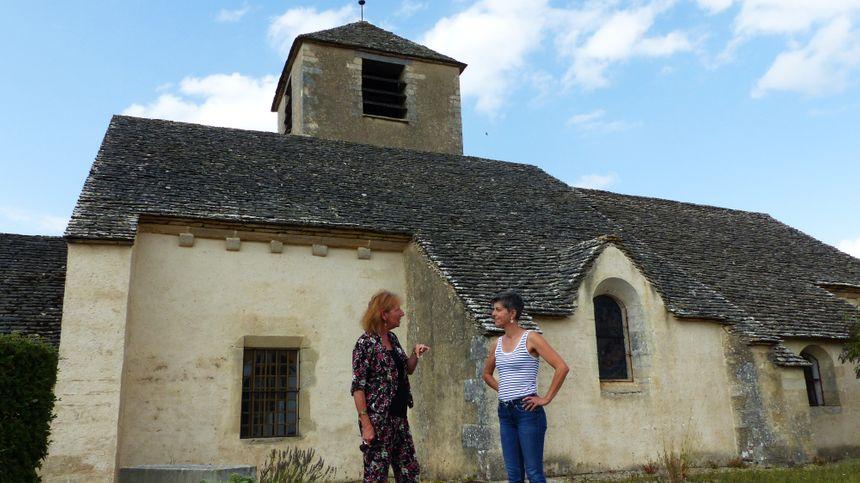 Michèle Borne-Brossard (à droite), présidente de l'association des amis de l'Eglise Saint-Jean-Baptiste et la maire de Chassignelles Anne Jérusalem devant l'édifice du XIIe siècle.