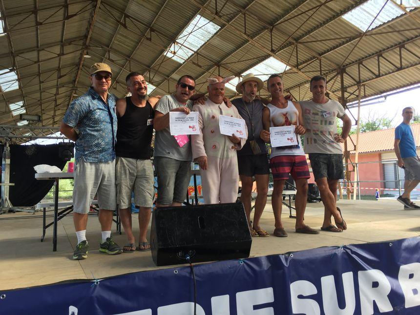 Tous les participants, diplômés, de cette édition du championnat de France de cri du cochon.