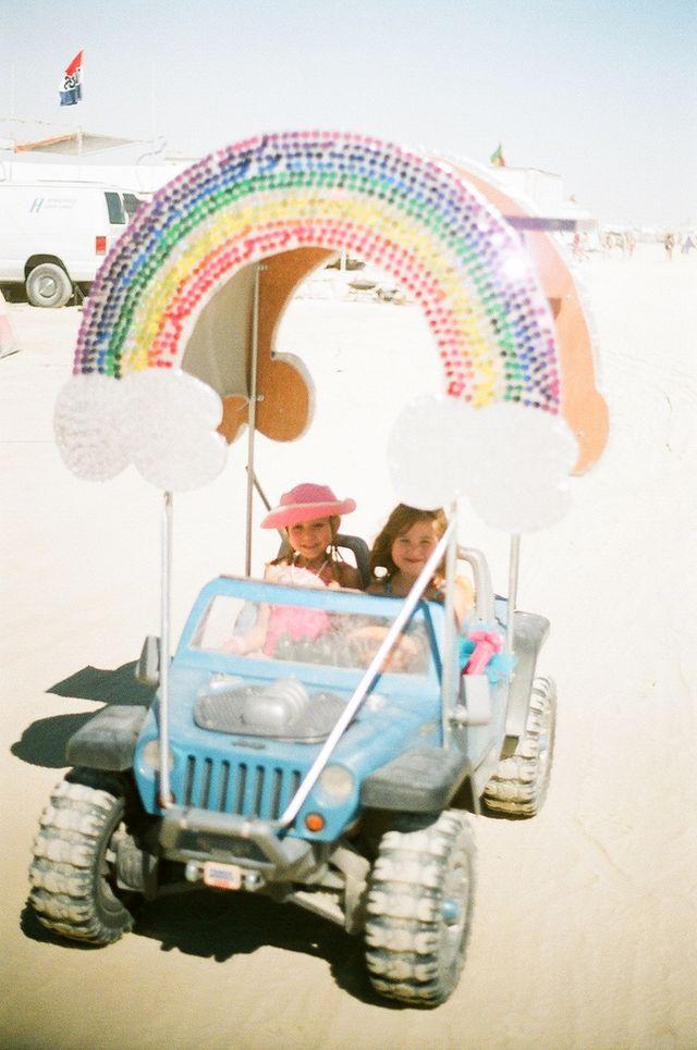 Des parents emmènent leurs enfants à Burning Man