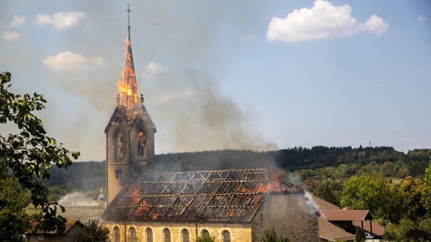 L'église de Villeneuve d'Amont dans les flammes