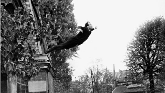 Yves Klein, Saut dans le vide, octobre 1960, tirage argentique noir et blanc 5, rue Gentil-Bernard, Fontenay-aux-Roses