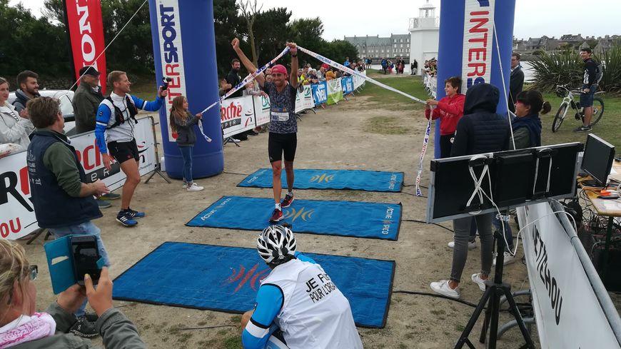 Après 2 heures 53 minutes et 32 secondes de course, Eric Leblacher est le premier à franchir la ligne d'arrivée du marathon de Barfleur.