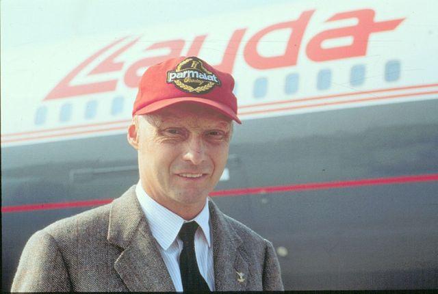 Niki Lauda, devant un des avions de la flotte Lauda Air en 1994