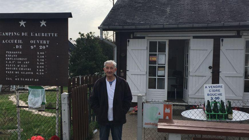 A presque 90 ans, Lionel Dehais tient toujours l'accueil au camping de l'Aubette.