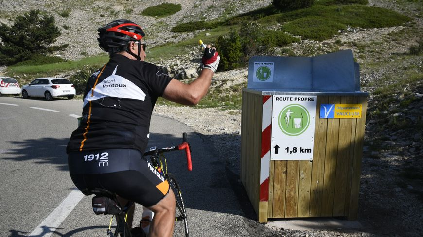 Le cycliste peut désormais se délester de ses détritus sans descendre du vélo