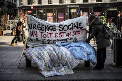 Salarié-es du Samu Social protestent contre les conditions de logement et réclament plus de places d'hébergement d'urgence et de renforcement de leurs services, le 19 janvier 2017 à Lyon.