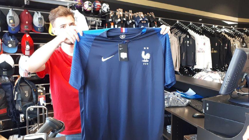 Il est arrivé ! Le maillot deux étoiles en vente dans un magasin de Kingersheim.