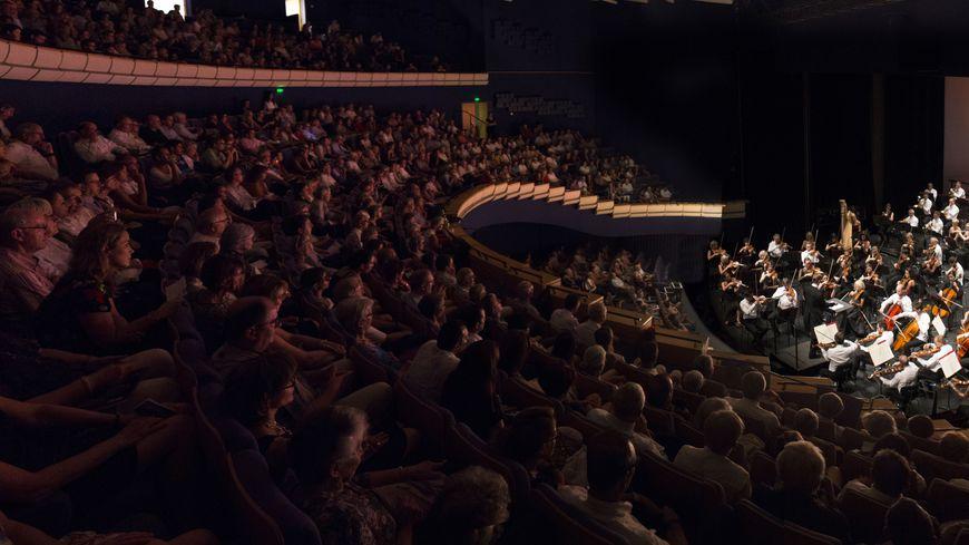 Des spectateurs à l'écoute lors d'un concert de musique classique au théâtre Ledoux.