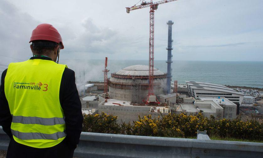 La centrale nucléaire EPR de Flamanville en mars 2016. D'après Bruno Le Maire, il faut attendre la fin du chantier de Flamanville avant de lancer de nouveaux EPR (réacteur pressurisé européen)