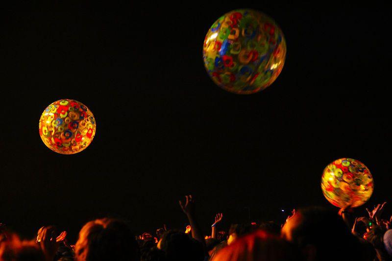 Foule jouant avec des ballons de plage pendant un concert présenté au festival Osheaga de Montréal le 1er août 2010.