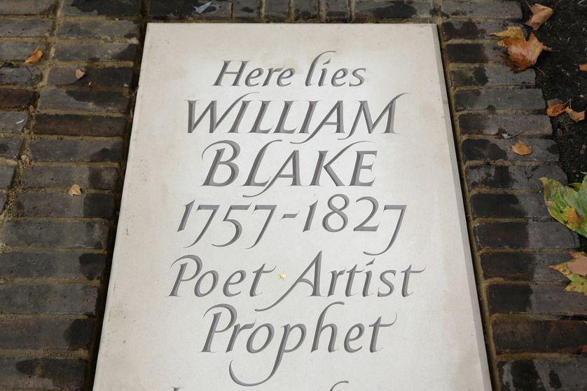 Une nouvelle pierre tombale pour William Blake se trouve sur sa tombe à Bunhill Fields Burial Ground, à Londres, le 12 août 2018.