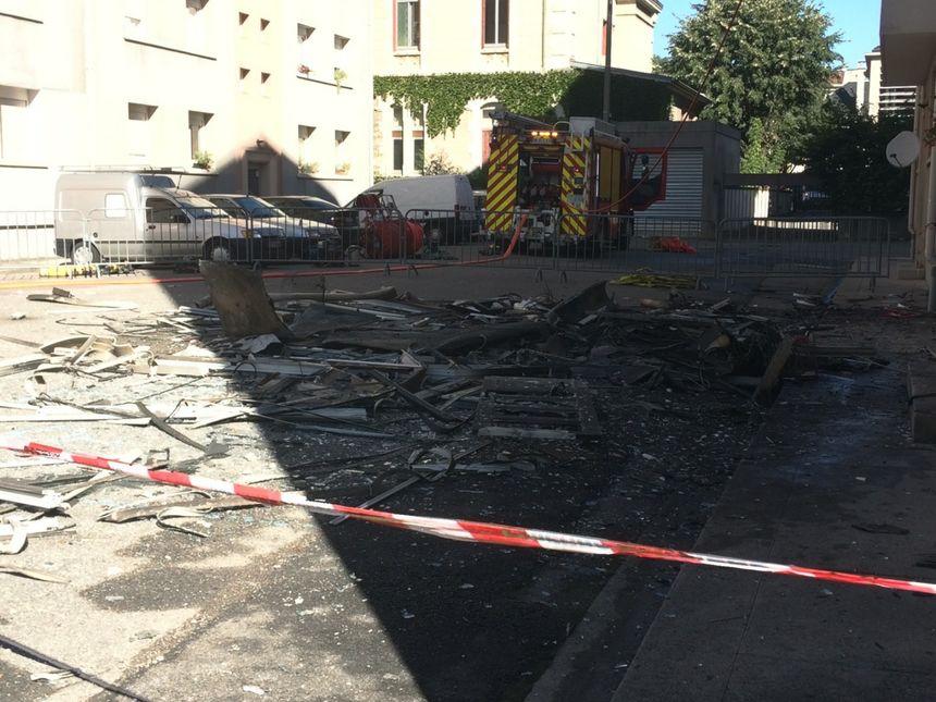 Les pompiers déblaient les appartements sinistrés pour éviter les reprises de feu