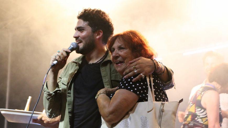À la fin du concert, la grand-mère de Tibz, Odette, est montée sur scène pour l'anniversaire de son petit-fils.