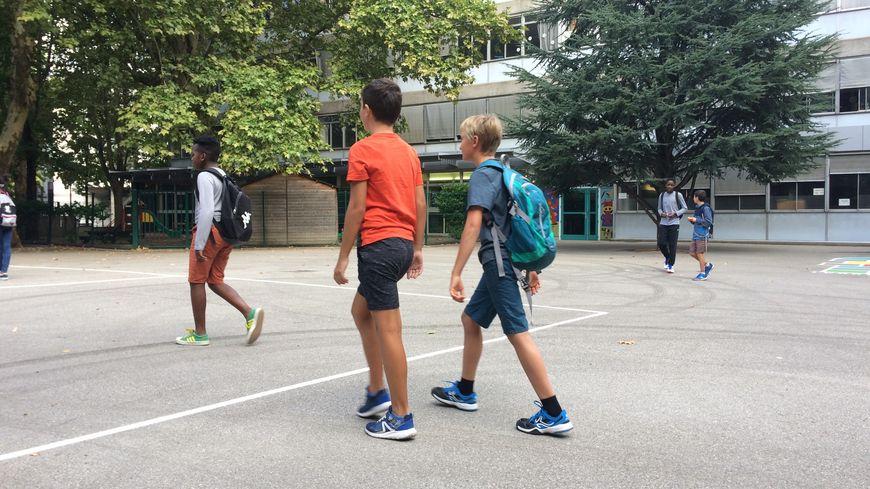Des élèves dans un cour d'école (illustration)
