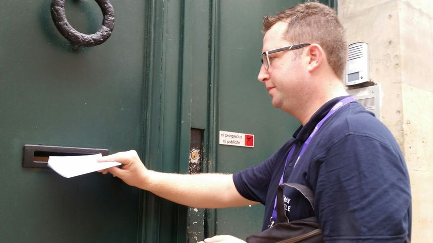 Etienne Portolan, l'un des agents de la cellule de contrôle, lors d'une visite sur le terrain
