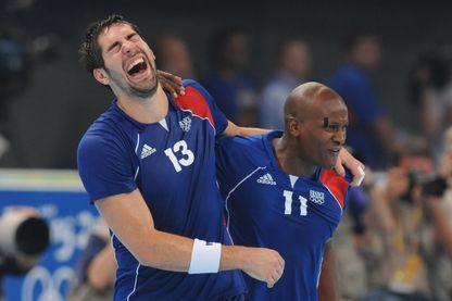 Nikola Karabatic et Olivier Girault en joie après la victoire contre l'Islande et la médaille d'or aux Jeux olympiques de Pékin 2008