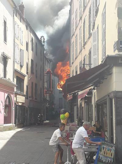 Spectaculaire incendie rue du cheval blanc à Clermont-Ferrand