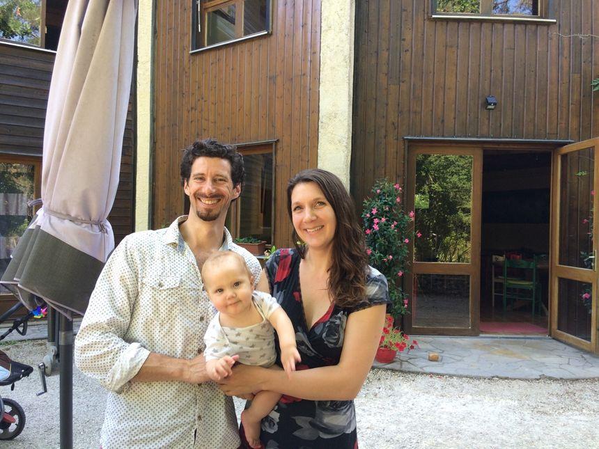 Boris Balencier le gérant des Terres de Jor avec sa compagne Pamela et leur bébé Léo - Radio France
