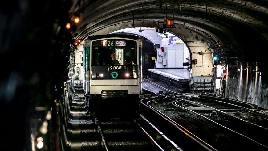 Vidéo Des Centaines De Passagers Bloqués Près De Deux Heures Sur La Ligne 1 Dans Le Métro à Paris