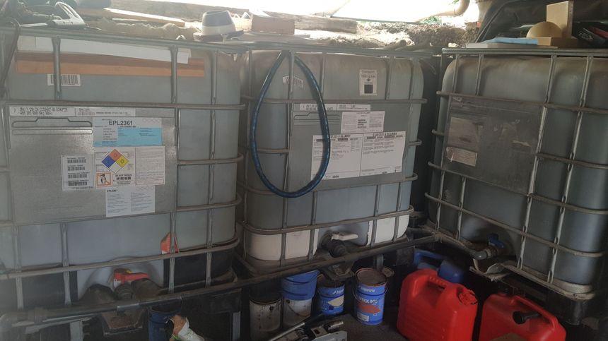 Les habitants sont contraints de stocker leur eau dans des cuves
