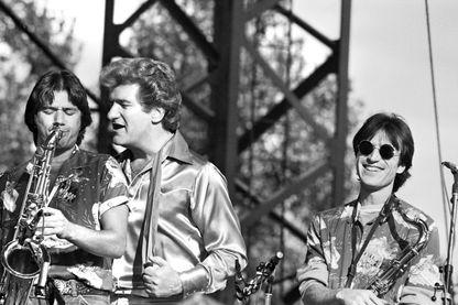 Le chanteur de rock'n roll français Eddy Mitchell (C) et son groupe