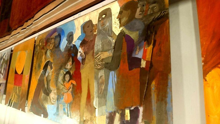 Ceux qui ont assisté à la cérémonie étaient entourés des oeuvres colorées d'Arcabas