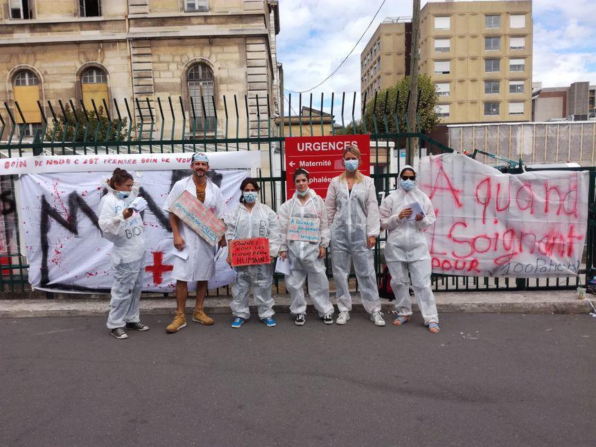 Le personnel manifestant devant l'hôpital Lariboisière