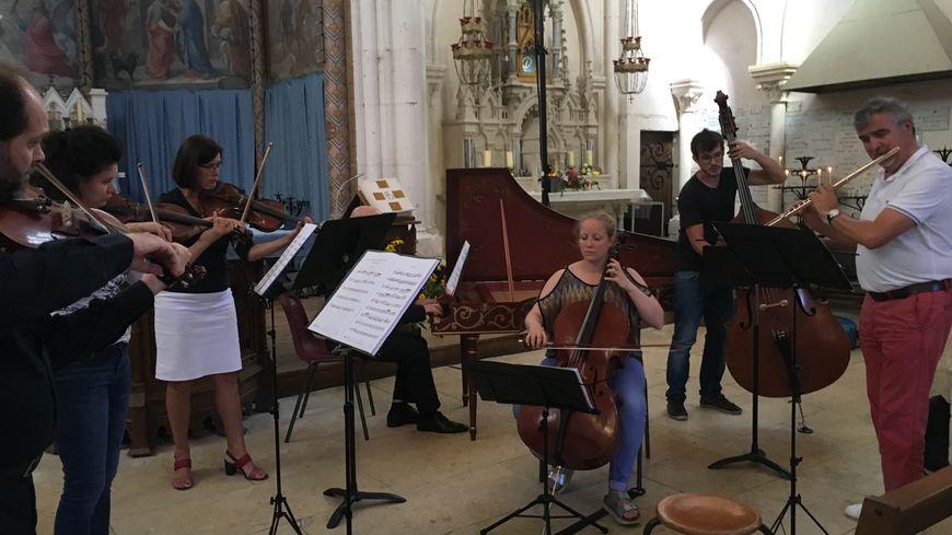 Les musiciens répètent dans l'église de Neuvizy