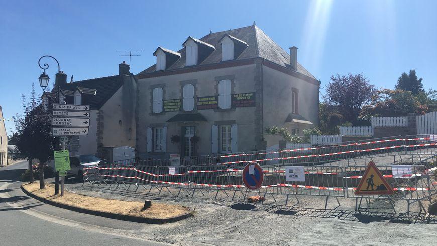 Devant la maison de Colette : un grand trou a été creusé pour recevoir la cuve de la future station-service