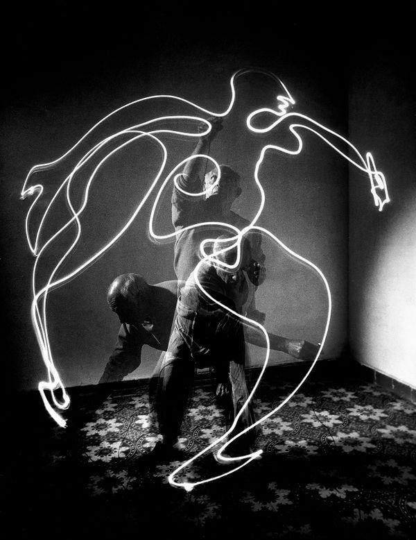 Picasso dessinant au pinceau lumineux pour le photographe Gjon Mili