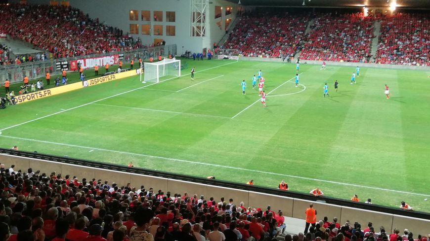 Le Nîmes Olympique bat l'Olympique de Marseille trois buts à un dans un stade des Costières survolté.