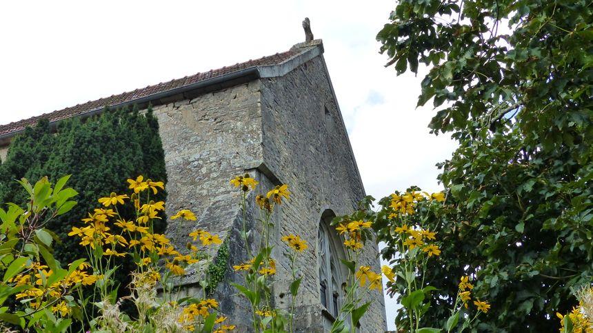 On peut visiter librement et à son rythme les jardins du prieuré de Vausse. Des animations y sont organisées l'été.