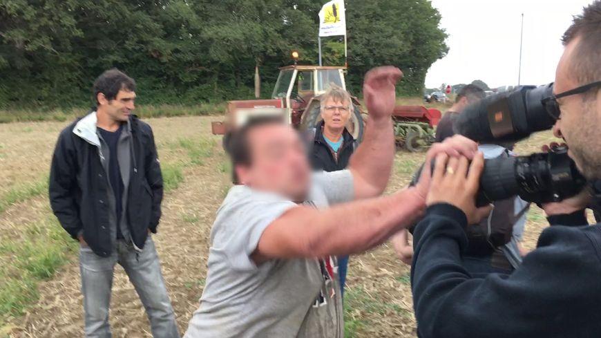 Le journaliste de France 3 a été légèrement blessé au visage.