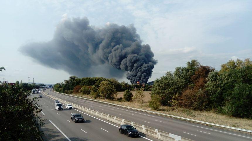 Le panache de fumée s'élève très haut et domine l'autoroute A7, dans le secteur de Valence Sud.