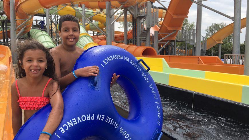 Ryad et Najwa profitent à fond de leur sortie au parc Wave Island pour la Journée des oubliés des vacances