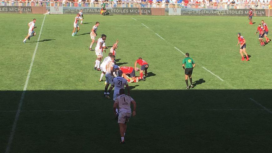 Les joueurs d'Oyonnax et du Stade Aurillacois lors de la seconde mi-temps