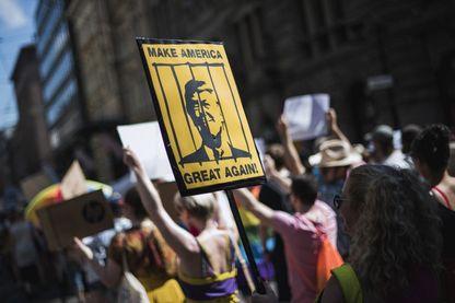 Manifestant tenant une pancarte affichant le président américain devant le barreau de Helsinki, pour défendre les droits de l'homme, la liberté d'expression et la démocratie le 15 juillet 2018