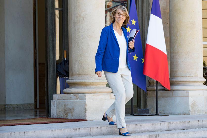 La ministre française de la Culture, Françoise Nyssen, part après une réunion hebdomadaire du cabinet à l'Elysée à Paris le 3 août 2018.