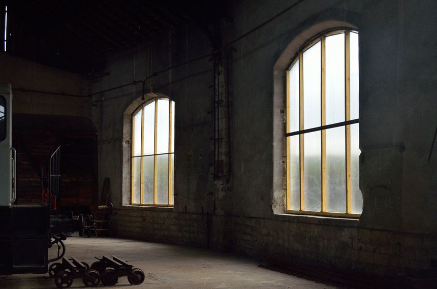 Les bénévoles de l'association ont déjà remplacé les planches qui barraient les fenêtres par du plastique transparent.