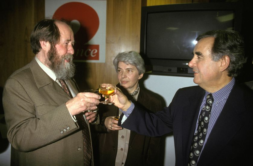 L'écrivain Alexandre Soljenitsyne en visite a Paris avec sa femme Natalia porte un toast avec Bernard Pivot le 17 septembre 1993 à Paris.