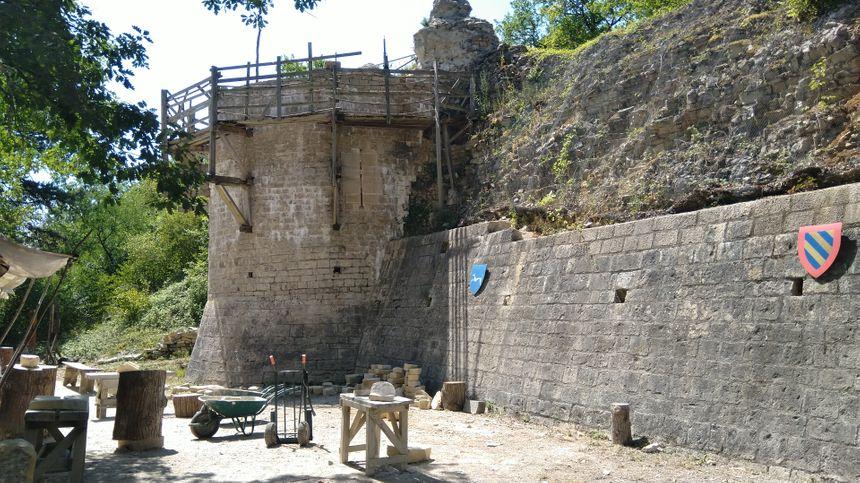 Le sentier passe tout près du chantier de restauration du Vieux Château de Noyers.