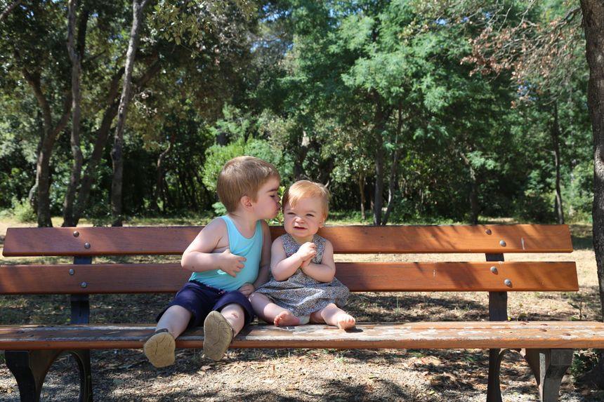 Hugo, 3 ans et Emma, 10 mois sont atteints d'une maladie génétique très rare.