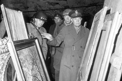 Les généraux Eisenhower, Bradley et Patton inspectant des œuvres d'art pillés par les nazis le 15 avril 1945