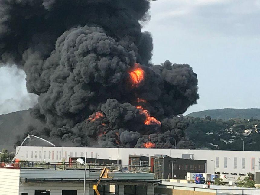 Au début de l'incendie, les flammes s'élevaient très haut dans le ciel